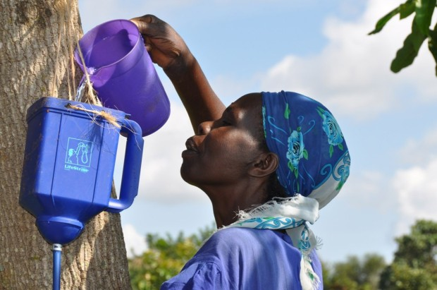 lifestraw-family-pour